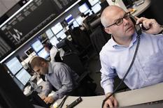 Трейдеры работают в торговом зале Франкфуртской фондовой биржи, 6 сентября 2011 года. Европейские рынки акций открылись в пятницу ростом после падения до минимума более двух лет на предыдущей сессии торгов. REUTERS/Alex Domanski