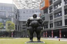 Статуя перед зданием офиса компании Alibaba Technology Co. в Ханчжоу (Китай), 10 мая 2010 года. Российская инвестиционная группа DST Global совместно с инвестиционными фондами Silver Lake и Yunfeng Capital намерена купить акции лидера на китайском рынке электронной коммерции Alibaba Group. REUTERS/Lang Lang