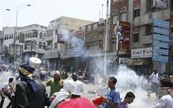 Сотрудники службы безопасности пускают вход слезоточивый газ против демонстрантов в Таизе (Йемен), 19 сентября 2011 года. Президент Йемена Али Абдулла Салех вернулся в пятницу на родину из Саудовской Аравии после трехмесячного отсутствия. Столица страны - Сана - встретила его стрельбой и взрывами. REUTERS/Stringer