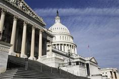 Здание Капитолия в Вашингтоне, 5 января 2011 года. Контролируемая республиканцами нижняя палата парламента США в пятницу одобрила план расходов на общественные нужды, но демократы пообещали заблокировать проект в Сенате. REUTERS/Jim Bourg