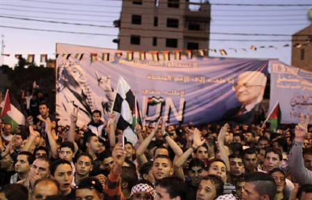 Palestinians attend a public screening of Palestinian President Mahmoud Abbas' speech at the United Nations, in the West Bank city of Hebron September 23, 2011. REUTERS/Ammar Awad