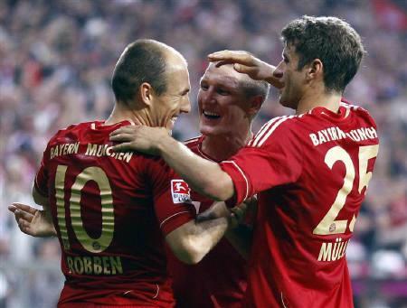 Arjen Robben, Bastian Schweinsteiger and Thomas Mueller (L-R) of Bayern Munich celebrate during the German first division Bundesliga soccer match against Bayer 04 Leverkusen in Munich September 24, 2011. REUTERS/Michael Dalder