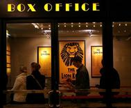 """Люди стоят в очереди за билетами на спектакль """"Король Лев"""" в Нью-Йорке, 29 ноября 2007 года. Переизданный в 3D мультфильм """"Король Лев"""" вторую неделю подряд удерживает лидерство в североамериканском кинопрокате. REUTERS/Brendan McDermid"""