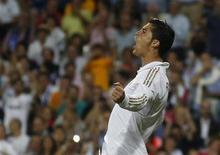 Cristiano Ronaldo, do Real Madrid, comemora gol de pênalti contra o Rayo Vallecano durante partida pela primeira divisão do campeonato espanhol, em Madri. 24/09/2011   REUTERS/Sergio Perez