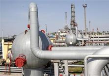 Газовая станция под Киевом, 24 мая 2011 года.  Глава украинского правительства Николай Азаров сказал, что Киеву удалось достичь договоренности с Москвой о пересмотре невыгодных для Украины контрактов о поставках российского газа, подписанных в 2009 году. REUTERS/Gleb Garanich
