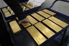Слитки золота на заводе в Красноярске, 28 марта 2011 года. Цены на золото растут после четырех дней снижения, так как доллар падает, а покупатели возвращаются на физический рынок. REUTERS/Ilya Naymushin