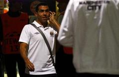 Carlos Tevez, do Manchester City, caminha para o ônibus após jogo contra o Bayern de Munique. O técnico do time inglês, Roberto Mancini, disse que o argentino se recusou a entrar em campo.  REUTERS/Kai Pfaffenbach