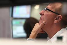 Трейдер следит за ходом торгов на бирже во Франкфурте-на-Майне, 12 сентября 2011 года. Европейские рынки акций открылись снижением в среду, так как инвесторы ждут подробностей о мерах, которые будут приняты для борьбы с кризисом в еврозоне. REUTERS/Alex Domanski