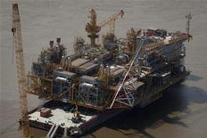 Строящаяся платформа для добычи нефти в Пуэрто ля Крус, 28 июля 2011 года. Венесуэла планирует повысить добычу нефти на треть до 4,03 миллиона баррелей в сутки к 2014 году, сообщил министр энергетики Рафаэль Рамирес. REUTERS/Carlos Garcia Rawlins