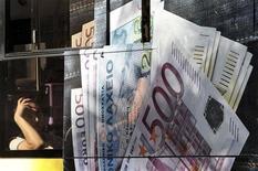 Пассажир сидит в автобусе в Афинах, 23 сентября 2011 года. Участие инвесторов в программе долговых свопов, направленной на сокращение греческой задолженности, достигло целевого уровня в 90 процентов и может даже превысить его, сообщила газета Naftemporiki в среду, цитируя анонимный источник в министерстве финансов. REUTERS/John Kolesidis