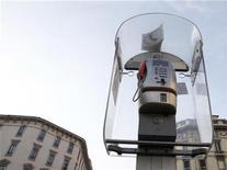 <p>Foto de archivo de una cabina telefónica de Telecom Italia en el centro de Milán, dic 3 2008. Telecom Italia está interesada en aumentar su participación en Telecom Argentina y confirma sus objetivos de ganancias anuales, dijo el miércoles su presidente ejecutivo, Marco Patuano. REUTERS/Stefano Rellandini</p>