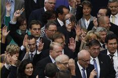 Депутаты голосуют на встрече нижней палаты немецкого парламента в Берлине, 29 сентября 2011 года. Нижняя палата немецкого парламента подавляющим большинством в четверг одобрила план увеличения стабфонда ради поддержки отсталых экономик еврозоны, сообщил Рейтер источник. REUTERS/Thomas Peter