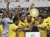 Ronaldinho Gaúcho, Neymar, Diego Souza e Lucas seguram o troféu do Superclássico das Américas em Belém. 28/09/2011 REUTERS/Paulo Santos
