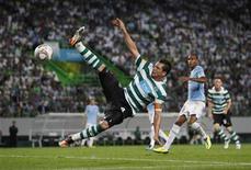 Anderson Polga, do Sporting, tenta dominar a bola durante partida contra o Lazio em Lisboa, Portugal.  29/09/2011 REUTERS/Rafael Marchante