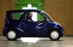 На дорогах Парижа на следующей неделе появятся круглые автомобили, которые, как надеется предприниматель Винсент Боллоре, помогут снизить трафик на главных улицах французской столицы, а также посодействуют развитию его бизнеса по производству батареек.  3 февраля 2006 г.  фото: Франк Превель
