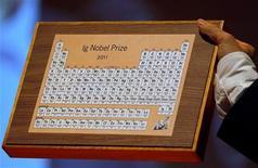 <p>Un premio Ig Nobel durante su entrega en la Universidad de Harvard en Cambridge, EEUU, sep 29 2011. Quienes predijeron el fin del mundo y se equivocaron, científicos que construyeron una alarma de incendios que libera wasabi y los investigadores que estudiaron como el tener que orinar afecta la toma de decisiones figuraron el jueves entre los ganadores de los premios Ig Nobel. REUTERS/Adam Hunger</p>