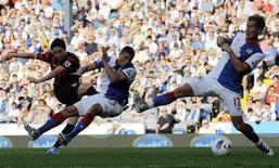 Samir Nasri (E) do Manchester City chuta pro gol contra o Blackburn Rovers durante partida do Campeonato Inglês em Blackburn, no norte da Inglaterra. 01/10/2011 REUTERS/Nigel Roddis