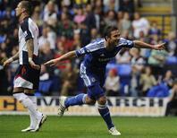 Frank Lampard (D), do Chelsea, comemora o gol contra o Bolton Wanderers neste domingo em Bolton, norte da Inglaterra. 02/10/2011 REUTERS/Nigel Roddis