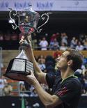 O escocês Andy Murray levanta o troféu do Aberto da Tailândia após vencer o norte-americano Donald Young na final da competição, em Bancoc. 02/10/2011 REUTERS/Chaiwat Subprasom