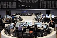 Торговый зал биржи во Франкфурте-на-Майне, 30 сентября 2011 года. Европейские рынки акций открылись падением котировок более чем на 2,5 процента в понедельник, после того как фондовый рынок региона показал наихудший квартальный результат с конца 2008 года. REUTERS/Amanda Andersen