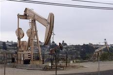 Нефтяная вышка в Лос-Анджелесе, 6 мая 2008 года. Нефть дешевеет во вторник и торгуется ниже отметки $101 за баррель на фоне растущих опасений инвесторов о том, что дефолт Греции может спровоцировать скатывание мировой экономики в стадию рецессии. REUTERS/Hector Mata