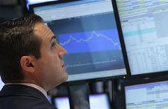 Трейдер Уолл-стрит следит за ходом торгов в Нью-Йорке, 27 сентября 2011 года. Американские акции свалились к минимуму 13 месяцев в понедельник, так как инвесторы избавлялись от акций банковского сектора на опасениях, что углубляющийся кризис Греции может вызвать серьезные проблемы у крупных европейских банков. REUTERS/Brendan McDermid