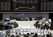 Торговый зал Франкфуртской фондовой биржи, 3 октября 2011 года. Европейские рынки акций открылись снижением котировок на фоне растущих опасений инвесторов о том, что дефолт Греции может ввергнуть мировую экономику в рецессию. REUTERS/Remote/Bob Strong