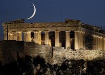 """Пантеон в Афинах, 29 сентября 2011 года. Комиссия инспекторов Евросоюза, МВФ и ЕЦБ, известная как """"тройка"""", скорее всего, даст """"зеленый свет"""" жизненно важному траншу помощи Греции, но Афинам не нужно воспринимать это как должное, а необходимо сначала показать, что они готовы проводить реформы. REUTERS/John Kolesidis"""