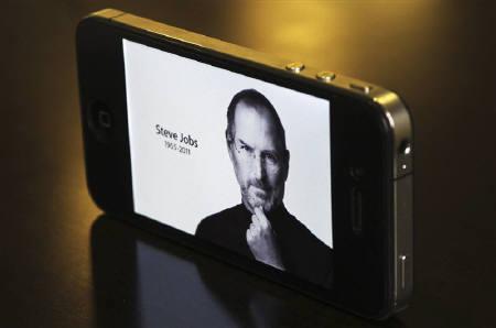 10月5日、米アップルのスティーブ・ジョブズ会長の訃報は全世界を駆け巡り、短文投稿サイト「ツイッター」にもジョブズ氏を哀悼するコメントがあふれた。写真はシドニーで撮影(2011年 ロイター/Daniel Munoz)