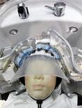 Робот компании Panasonic моет голову манекену на презентации в Токио 4 октября 2011 года. Новые японские роботы повторяют движения человеческих рук, что позволяет им мыть волосы при уходе за пожилыми людьми и людьми с ограниченными возможностями. REUTERS/Kim Kyung-Hoon