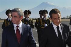 Президенты Франции Николя Саркози и Армении Серж Саргсян в аэропорту Еревана. Фото от 6 октября 2011. Саркози прибыл в столицу Армении в четверг в рамках двухдневного  турне по Южного Кавказа, собираясь, в частности, убедить Грузию наладить отношения с Россией. REUTERS/Philippe Wojazer