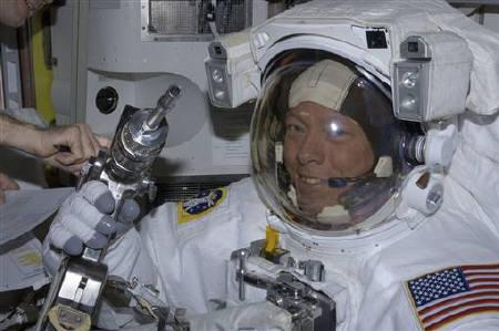 Astronaut pays tribute to 'visionary' Steve Jobs | Reuters