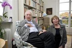 O poeta sueco vencedor do Nobel de Literatura de 2011, Tomas Transtromer, e sua esposa Monica em sua casa em Estocolmo. 06/10/2011 REUTERS/Maja Suslin/Scanpix