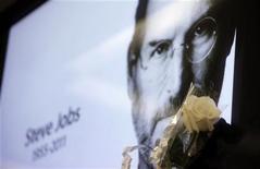 Uma flor é colocada perto de uma foto do cofundador e ex-CEO da Apple Steve Jobs, em uma loja da Apple em São Paulo, nesta quinta-feira. Jobs morreu na quarta-feira aos 56 anos após uma longa batalha pública contra o câncer. 06/10/2011 REUTERS/Nacho Doce