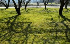 Мужчина едет на велосипеде в московском парке Коломенское, 23 марта 2007 года. Наступающие выходные в Москве будут противоречивыми - столицу ждет по-летнему теплая суббота и весьма прохладное воскресенье, прогнозируют синоптики. REUTERS/Oksana Yushko