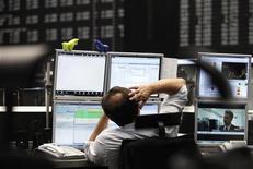 Трейдер следит за котировками на бирже во Франкфурте-на-Майне, 6 сентября 2011 года. Европейские рынки акций открылись небольшим ростом котировок третий день подряд вслед за Уолл-стрит и Азией благодаря решению Европейского ЦБ помочь банкам еврозоны. REUTERS/Alex Domanski