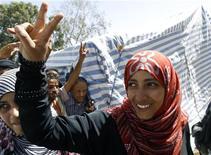 Лауреат Нобелевской премии мира Таваккул Карман из Йемена возле своей палатки на площади Тагхир в Сане, 7 октября 2011 года. Первая избранная путем голосования женщина-президент Либерии Эллен Джонсон-Серлиф, ее соотечественница Лейма Гбови, мобилизовавшая женщин против гражданской войны в стране, и активистка из Йемена Таваккул Карман получили Нобелевскую премию мира 2011 года. REUTERS/Ahmed Jadallah