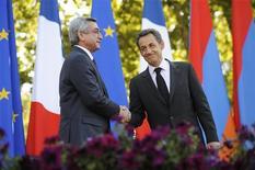 Президент Армении Серж Саргсян (слева) и президент Франции Николя Саркози жмут друг другу руки в Ереване, 7 октября 2011 года. Крупнейший в мире пользователь атомной электроэнергетики Франция изучает перспективы сотрудничества с Арменией в постройке АЭС, хотя поставщиком энергоблока уже выступает Россия. REUTERS/Eric Feferberg/Pool