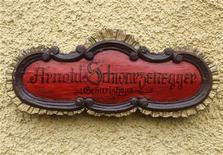 """Табличка с надписью """"Дом, в котором родился Арнольд Шварценеггер"""" в Тале, 7 октября 2011 года. Киноактер Арнольд Шварценеггер вернулся в пятницу в родную австрийскую деревушку, где открыл посвященный ему дом-музей. REUTERS/Heinz-Peter Bader"""