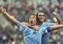 O zagueiro uruguaio Diego Lugano comemora gol contra a Bolívia nesta sexta-feira.   REUTERS/Pablo La Rosa