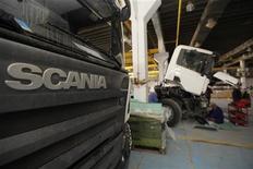 Механики ремонтируют грузовики Scania на заводе под Багдадом, 12 июня 2011 года. Шведский производитель грузовиков Scania снизит объемы производства в Европе с ноября 2011 года из-за экономических проблем Старого Света. REUTERS/Saad Shalash