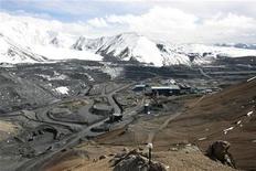 Месторождение золота Кумтор в Киргизии, 31 мая 2011 года. Десять всадников с палками и бутылками с горючей смесью в субботу, второй раз в этом году, разгромили геологический лагерь британо-южноафриканского СП, сообщила компания в понедельник. REUTERS/Vladimir Piragov