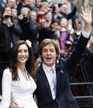 """Paul McCartney e sua noiva Nancy Shevell depois da cerimônia de casamento, em Londres. No dia depois de casar-se com a herdeira americana Nancy Shevell, o ex-Beatle anunciou 11 shows adicionais em sua turnê """"On the Run"""", terminando em 20 de dezembro em sua cidade natal, Liverpool, na Inglaterra.  09/10/2011   REUTERS/Luke MacGregor"""