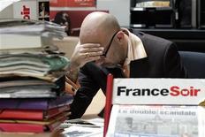 <p>Le quotidien populaire France Soir, placé sous procédure de sauvegarde, va passer au tout-numérique, abandonnant ainsi son édition papier et donnant lieu à 89 suppressions de poste, a-t-on appris lundi de sources syndicales. /Photo d'archives/REUTERS/Benoît Tessier</p>