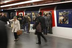 <p>Le mouvement social contre l'austérité entraîne mardi des perturbations limitées en France, notamment dans les transports. Dans l'agglomération parisienne, le trafic est quasiment normal sur le métro et la plupart des lignes de RER, à l'exception du RER B, sur lequel deux trains sur trois circulent /Photo d'archives/REUTERS/Benoît Tessier</p>