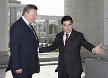 Президент Туркмении Курбанкули Бердымухамедов и его украинский коллега Виктор Янукович на встрече в Ашхабаде, где обсуждали поставки газа 12 сентября 2011. Туркменское газонефтяное месторождение Южный Иолотань является вторым в мире по величине запасов природного газа, сообщил британский аудитор. Это может позволить стране стать одним из ключевых поставщиков газа на рынки Европы и Китая. REUTERS/Mykhailo Markiv/Presidential Press Service/Handout