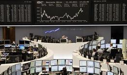 Российский рынок акций испытывал недостаток позитивных сигналов вместе с мировыми фондовыми площадками и не решился на продолжение повышения, предпочтя ему фиксацию прибыли, говорят участники торгов. 11 октября 2011 г. REUTERS/Amanda Andersen
