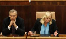 Премьер-министр Словакии Ивета Радикова (справа) после объявления результатов голосования в парламенте в Братиславе, 11 октября 2011 года. Парламент Словакии во вторник заблокировал расширение европейского фонда помощи, но международные кредиторы заявили, что, вероятно, переведут Греции новую порцию средств в ноябре, выиграв время для поисков более глобального решения. REUTERS/Petr Josek