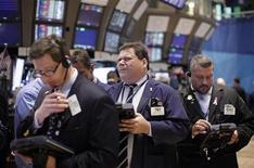 Трейдеры следят за торгами на бирже в Нью-Йорке, 4 октября 2011 года. Американский рынок акций взял паузу во вторник в ожидании начала сезона отчетности после того, как индекс S&P 500 показал лучшие результаты за пять дней за последние два года. REUTERS/Brendan McDermid
