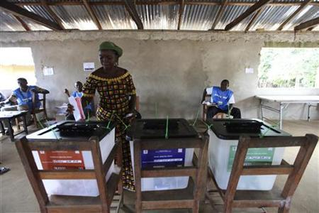 A woman votes during the Liberian presidential election at a polling station in Feefee in Bomi county October 11, 2011. REUTERS/Luc Gnago